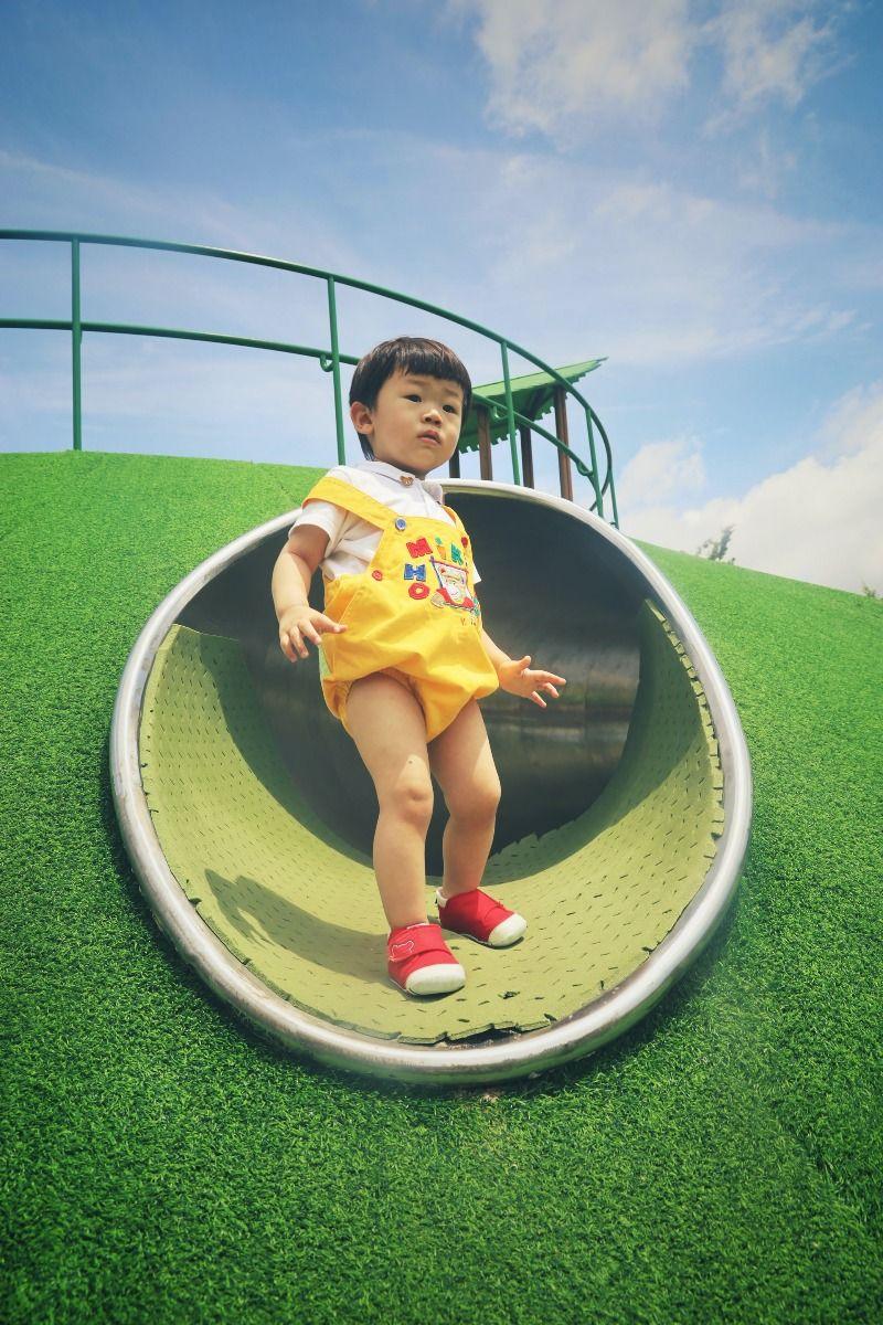 Kind auf Spielrasen